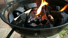 Leña ardiendo en la parrilla mettalic Brasero con leña ardiente metrajes