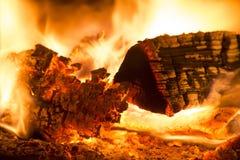 Leña ardiente imágenes de archivo libres de regalías