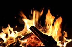 Leña ardiente Fotos de archivo