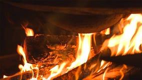 Leña ardiente en el cierre de la chimenea para arriba fotografía de archivo libre de regalías