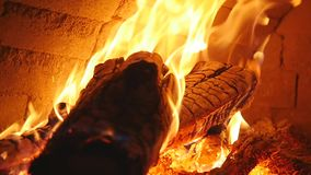Leña ardiente en el primer de la chimenea, los registros que brillan intensamente, el fuego y las llamas almacen de metraje de vídeo