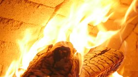 Leña ardiente en el primer de la chimenea, los registros que brillan intensamente, el fuego y las llamas metrajes
