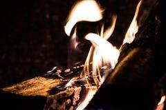 Leña ardiente en un horno Foto de archivo libre de regalías