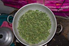 Leña asada de la cacerola de las hojas de té Imagenes de archivo