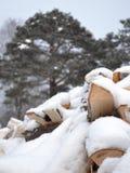 Leña bajo nieve imagen de archivo libre de regalías