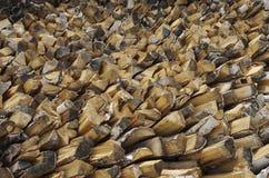 Leña del abedul apilada en un woodpile para calentar la casa Imagen de archivo libre de regalías