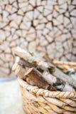Leña del abedul en la cesta de madera Imagen de archivo libre de regalías
