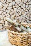 Leña del abedul en la cesta de madera Foto de archivo libre de regalías
