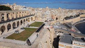 Leña del cañón en la batería que saluda en La Valeta, Malta metrajes