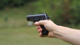 Leña del hombre de un arma almacen de video