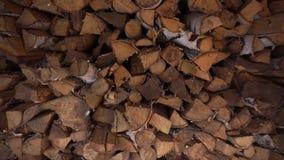 Leña en el woodpile Cierre para arriba almacen de metraje de vídeo