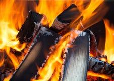 Leña en fuego Imágenes de archivo libres de regalías