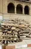 Leña en la ciudad sagrada Varanasi para el ritual de la cremación de la gente Fotografía de archivo libre de regalías