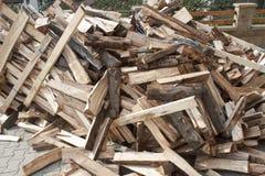 Leña en una pila, preparando la madera para el invierno Fotos de archivo