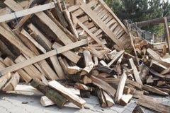 Leña en una pila, preparando la madera para el invierno Imagen de archivo
