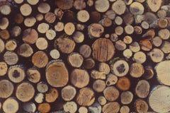 Leña intacta redonda apilada en un woodpile, vintage rústico a Foto de archivo