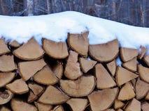 Leña nevada Fotos de archivo libres de regalías