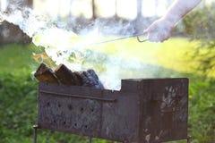 Leña para la quemadura de la parrilla de la barbacoa Humo grueso outdoors Espacio libre para el texto imagenes de archivo