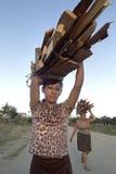 Leña que lleva de la mujer del Latino del retrato en la cabeza Fotografía de archivo libre de regalías