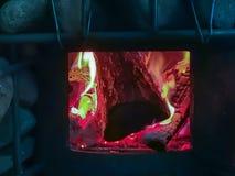 Leña que quema en un fuego que calienta una barbacoa foto de archivo libre de regalías