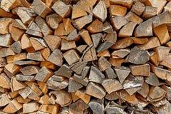 Leña seca de la leña en una pila f Fotos de archivo
