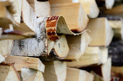 Leña tajada del abedul en woodpile en verano Fotos de archivo
