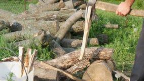 Leñador del hombre que taja la madera con un hacha vieja del hierro del vintage Madera cortada manual metrajes