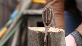 Leñador que taja la leña usando el hacha, el partir de los registros madera que parte y cortar la leña Cámara lenta almacen de video