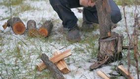 Leñador que taja la madera almacen de metraje de vídeo