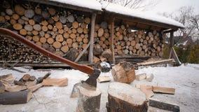 Leñador que taja la madera con un hacha en nieve almacen de metraje de vídeo