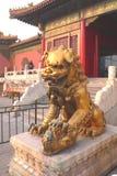 León chino con su niño Fotos de archivo