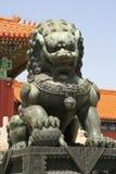 León chino del guarda - la ciudad Prohibida - Pekín - China Foto de archivo libre de regalías