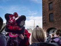 León chino en Albert Dock en Liverpool Merseyside Inglaterra Fotografía de archivo libre de regalías