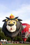León colorido y lanzamiento rojo de los balones de aire Imagen de archivo
