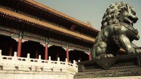 León de bronce delante de la ciudad Prohibida, la arquitectura antigua real de China metrajes