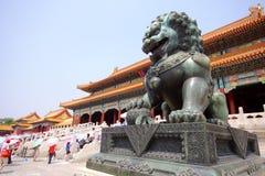 León de bronce en ciudad prohibida Foto de archivo libre de regalías