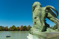 León de la charca, parque del retratamiento agradable, Madrid Imagen de archivo