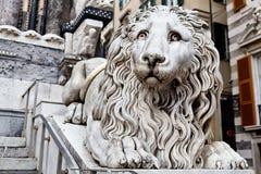 León de mármol que guarda la catedral del santo Lorenzo Fotografía de archivo