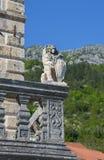 León de piedra con el emblema Fotografía de archivo