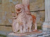 León de piedra rojo como camarero en la ciudad italiana Bérgamo Foto de archivo
