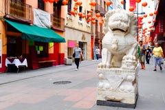 León de piedra y linternas de papel rojas en Chinatown en Ciudad de México Foto de archivo libre de regalías