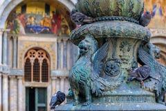 León de St Marc en una lámpara delante del ` s B de St Mark Imagen de archivo libre de regalías