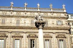 León de St Mark y de Palazzo Maffei foto de archivo
