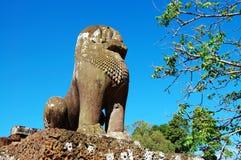 León del guarda sobre el cielo azul Foto de archivo libre de regalías