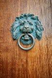 León del tirador de puerta con el anillo en boca fotos de archivo