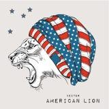 León en el casquillo con la bandera americana Estilo del inconformista Bosquejo a mano con los símbolos de los E.E.U.U. Ilustraci Foto de archivo libre de regalías