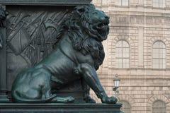 León en el monumento de Maximiliano José fotos de archivo