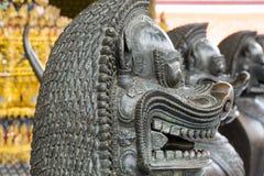 León en el templo Fotos de archivo