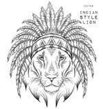 León en la cucaracha india Tocado indio de la pluma del águila Imagenes de archivo