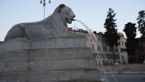 León en la fuente en Piazza del Popolo en Roma almacen de metraje de vídeo